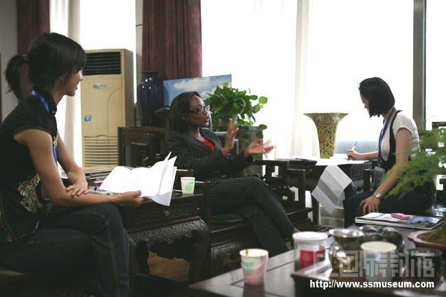 牙买加驻华大使馆参赞朱丽亚•海亚特答记者问
